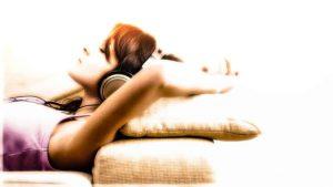 Существуют специальные аудиопрограммы, в ритме которых заложены ритмы, с которыми погружается в сон организм человека.