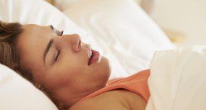 Женщина храпит во сне.