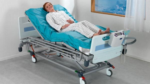 Пациент на матрасе со специальным назначением.