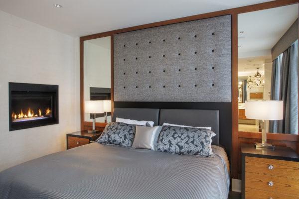 Зеркала справа и слева от спального места.