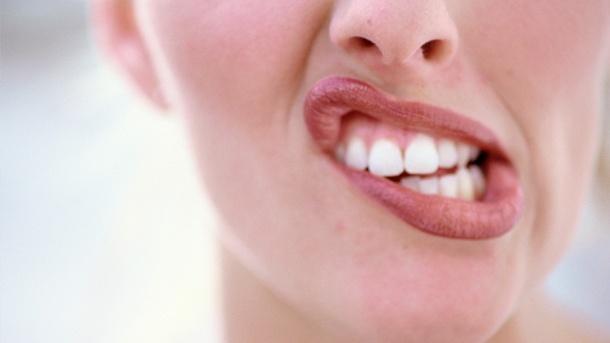 Ночной скрежет зубов бруксизм причины и лечение