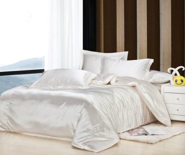 Кровать с натуральными постельными принадлежностями.