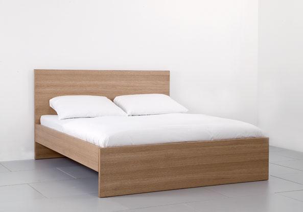 Образец кровати в торговом зале.