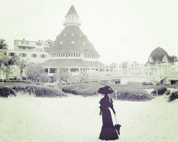 Женщина на фоне гостиницы