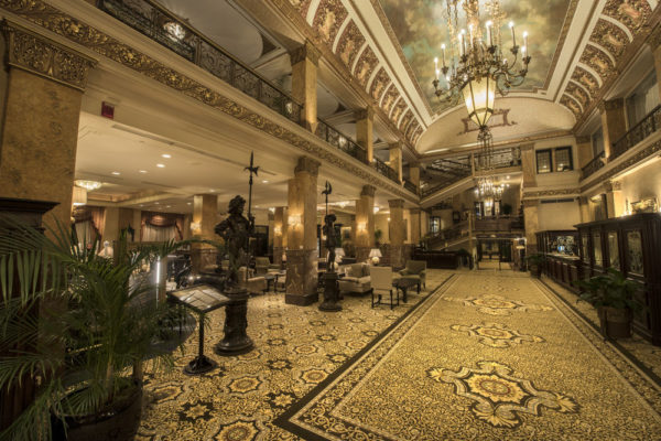 Большой холл гостиницы